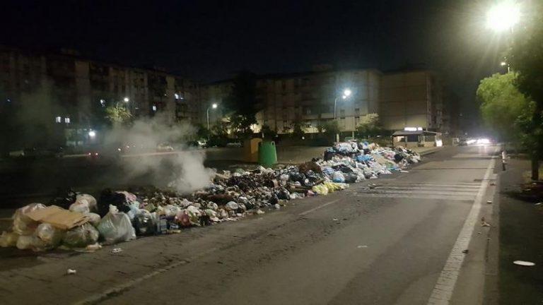 Aumentano le strade-discarica e spazzatura bruciata nel IV Municipio