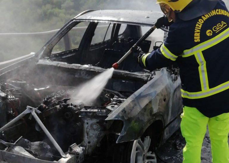 Il Servizio antincendio salva passeggeri di auto dilaniata dalle fiamme sulla A20