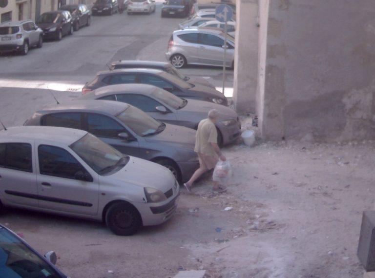 Butta per strada, non ti vede nessuno. Multati in dieci per abbandono rifiuti